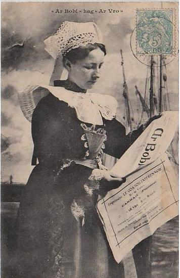 Une femme bretonne lit Ar Bobl et Ar Vro